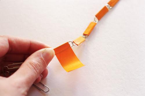 Colar de clipes com fita adesiva passo a passo